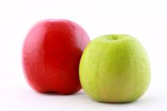 Zwei reife Äpfel getrennt auf Weiß Lizenzfreie Stockfotos