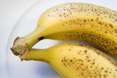 Zwei reife Bananen auf weißer Platte Lizenzfreies Stockfoto