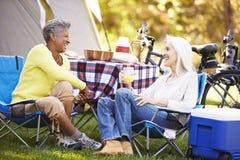 Zwei reife Frauen, die an kampierendem Feiertag sich entspannen Lizenzfreies Stockfoto