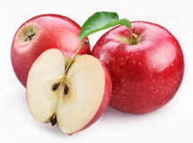 Zwei reife rote Äpfel und Hälfte des Apfels. Lizenzfreie Stockfotos