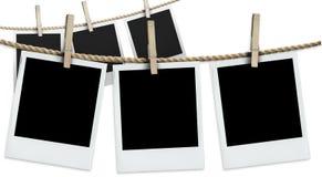 Zwei Reihen der hängenden Polaroide Stockbilder