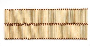 Zwei Reihen vielen Matches auf weißer Hintergrundansicht von oben Lizenzfreies Stockfoto