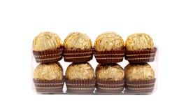 Zwei Reihen von Goldschokoladenbonbons. Lizenzfreies Stockbild