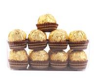 Zwei Reihen von Schokoladenbonbons im Kasten. Lizenzfreie Stockfotos
