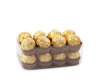 Zwei Reihen von Schokoladenbonbons im Kasten Stockfotografie