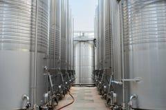 Zwei Reihen von Wein-Behältern Stockbilder