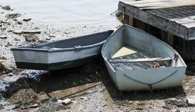 Zwei Reihenboote fest auf dem Schlamm während der Ebbe in Maine USA lizenzfreies stockbild