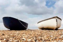 Zwei Reihenboote festgemacht auf dem Küstenvorland Lizenzfreies Stockbild