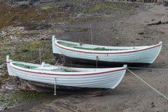 Zwei Reihenboote, Uferzone lizenzfreie stockfotos