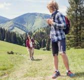 Zwei Reisende, die oben der Hügel gehen Stockbild