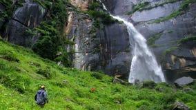 Zwei Reisende grüßen sich am Jogini-Wasserfall in Vishesht, nahe Manali, Indien stock video footage