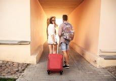 Zwei Reisende im Urlaub, die um Stadt mit Gepäck gehen lizenzfreie stockfotografie