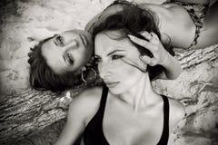 Zwei reizende Mädchen im Monochrom Stockfotos