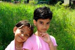 Zwei reizende Schwestern stockbild