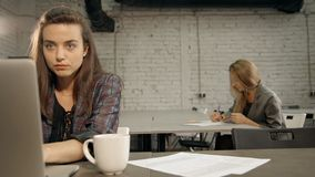 Zwei reizende Vermittlermittel in den angenehmen Gesellschaftsanzügen sitzen am Schreibtisch und an der unterzeichnenden Unterneh stock video footage
