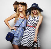 Zwei reizvolle junge Frauen Stockfoto