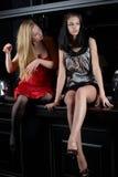 Zwei reizvolle Mädchen Stockfoto