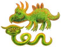 Zwei Reptilien - lustiger Dinosaurier und ungewöhnliche grüne Schlange mit Hörnern Lizenzfreie Stockfotos