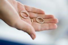 Zwei Ringe in der Hand Stockbilder