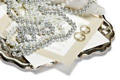 Zwei Ringe mit Einladungskarte lizenzfreie stockfotografie