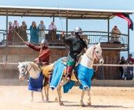 Zwei Ritter - Teilnehmer an das Ritterfestival kämpfen auf den Listen in Goren-Park in Israel Lizenzfreie Stockbilder