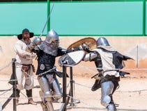 Zwei Ritter - Teilnehmer an das Ritterfestival kämpfen auf den Listen in Goren-Park in Israel Lizenzfreies Stockbild