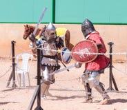 Zwei Ritter - Teilnehmer an das Ritterfestival kämpfen auf den Listen in Goren-Park in Israel Stockfotos