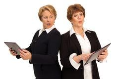 Zwei rivalisierende Geschäftsfrauen Lizenzfreie Stockbilder