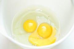 Zwei rohe Eier Stockbilder