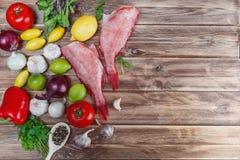 Zwei rohe Fische Baß mit Kalk Lizenzfreies Stockfoto