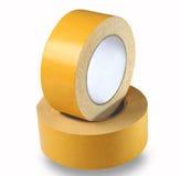 Zwei Rollen gelbes doppelseitiges Band auf einem weißen Hintergrund, ISO Stockfoto