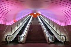 Zwei Rolltreppen mit rosa hellen Unkosten stockfotos