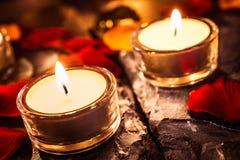 Zwei romantische Tee-Lichter auf Schiefer mit Rose Petals And Leafs lizenzfreie stockbilder
