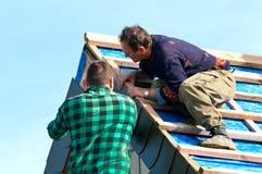 Zwei Roofers bei der Arbeit Stockfotos