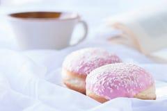 Zwei rosa glasig-glänzende Schaumgummiringe mit besprüht Lizenzfreie Stockbilder