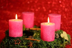 Zwei rosafarbene Kerzen Stockbild