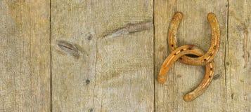 Zwei rostig und gealterte Pferdeschuhe lizenzfreie stockfotografie