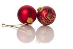Zwei rot und Goldweihnachtskugeln Lizenzfreie Stockbilder