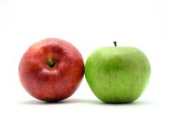 Zwei rot und grüne Äpfel lizenzfreie stockfotos