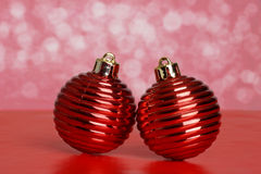 Zwei rote antike Weihnachtsverzierungen Stockbilder