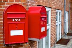 Zwei rote Briefkästen Stockfoto