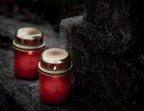 Zwei rote Erinnerungskerzen auf einem grauen Steinhintergrund stockfoto