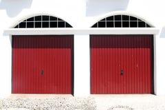 Zwei rote Garagentoren Stockfoto