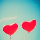 Zwei rote Herz-förmige Ballone Lizenzfreie Stockfotos