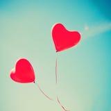 Zwei rote Herz-förmige Ballone Stockfotos
