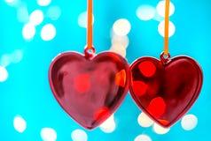 Zwei rote Herzen als Hintergrund Valentinsgrußtageskonzept, Über weißem Hintergrund Lizenzfreie Stockfotos
