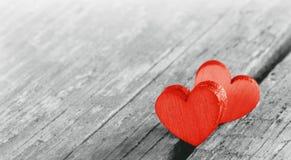 Zwei rote Herzen auf altem Holz lizenzfreies stockfoto