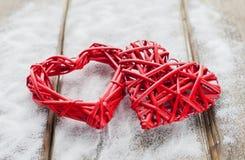 Zwei rote Herzen auf hölzernem Hintergrund, Valentinsgruß ` s Tag, der Feiertag der Liebe Lizenzfreie Stockbilder
