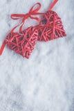 Zwei rote Herzen der schönen romantischen Weinlese gebunden zusammen mit Band auf weißem Schneehintergrund Liebe und St.-Valentin Stockbilder