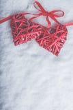 Zwei rote Herzen der schönen romantischen Weinlese gebunden zusammen mit Band auf weißem Schneehintergrund Liebe und St.-Valentin Lizenzfreies Stockfoto
